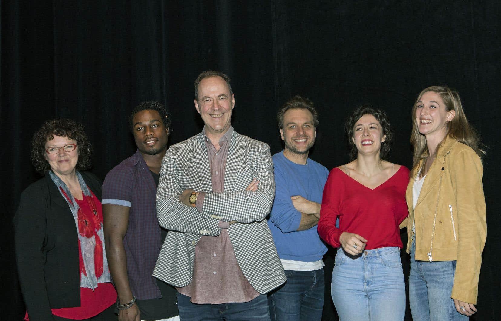 Le directeur artistique du Théâtre Denise-Pelletier, Claude Poissant (au centre)