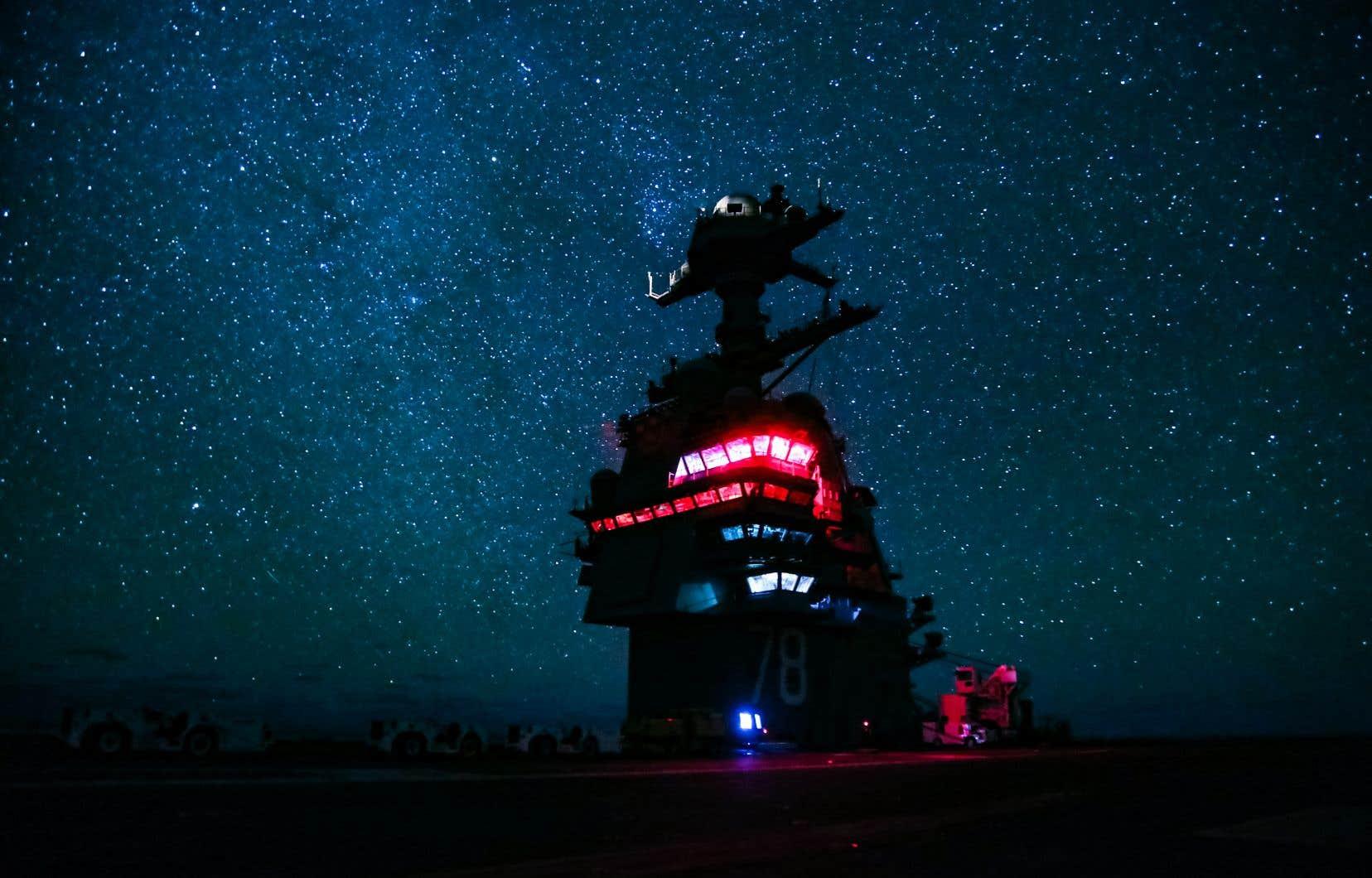 Un porte-avion américain navigue sur les eaux de l'Atlantique Nord.
