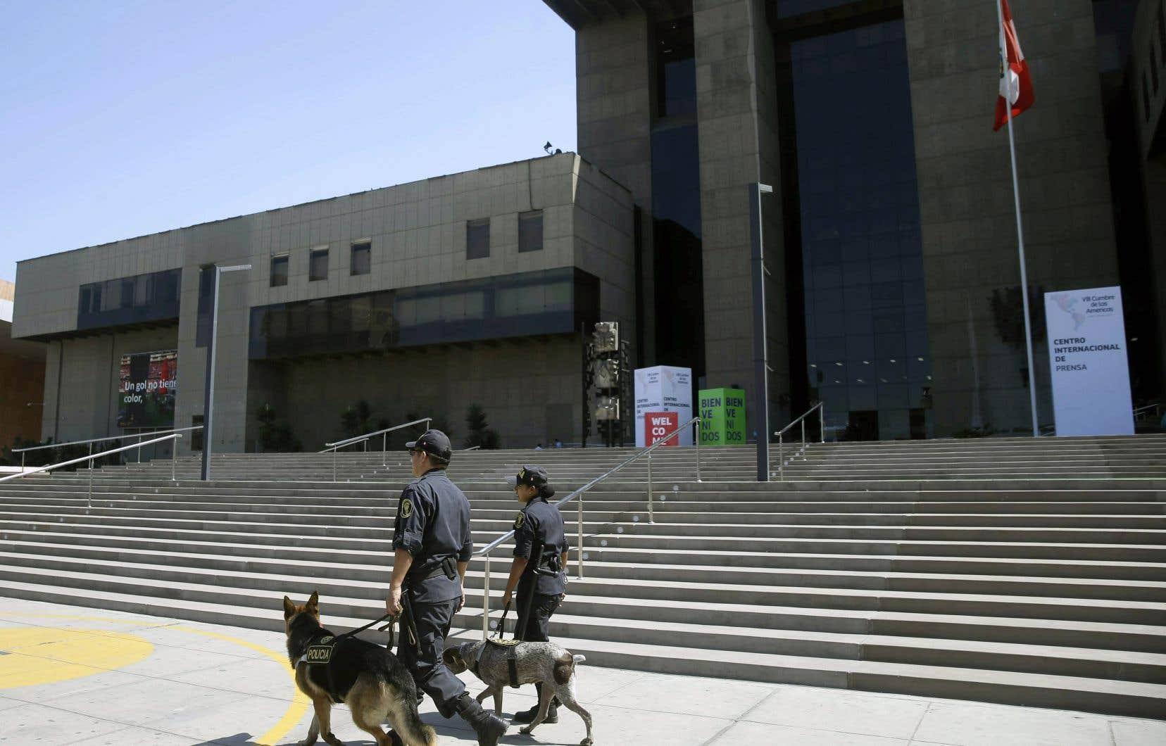 Des policiers patrouillent devant l'immeuble où se déroulera le Sommet des Amériques, à Lima.