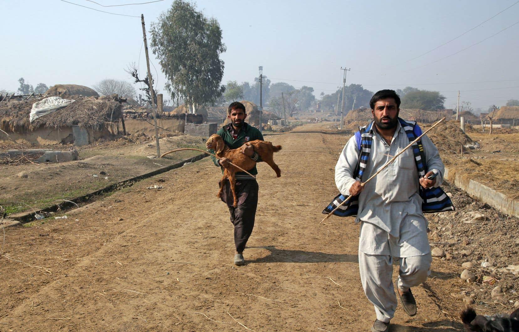 Des villageois fuyaient après un bombardement, en janvier, à la frontière entre l'Inde et le Pakistan.