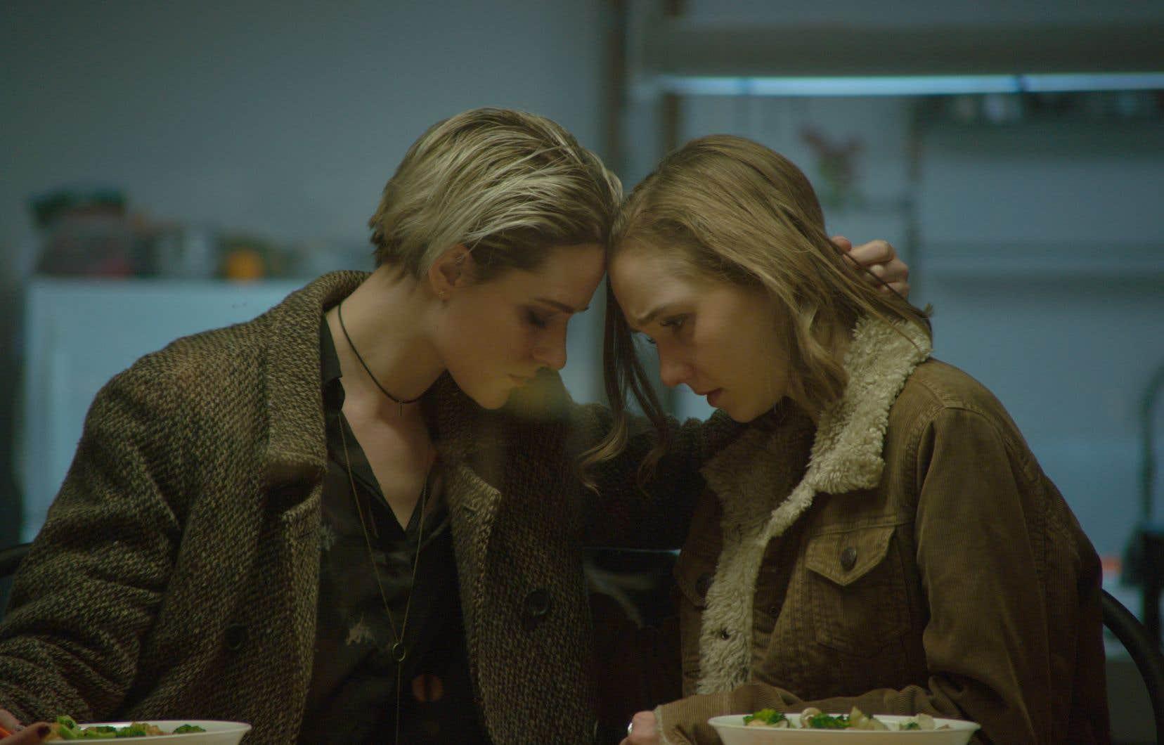 Evan Rachel Wood incarne Laura avec un brio sidérant. Julia Sarah Stone compose une victime dont la geôle physique devient mentale.