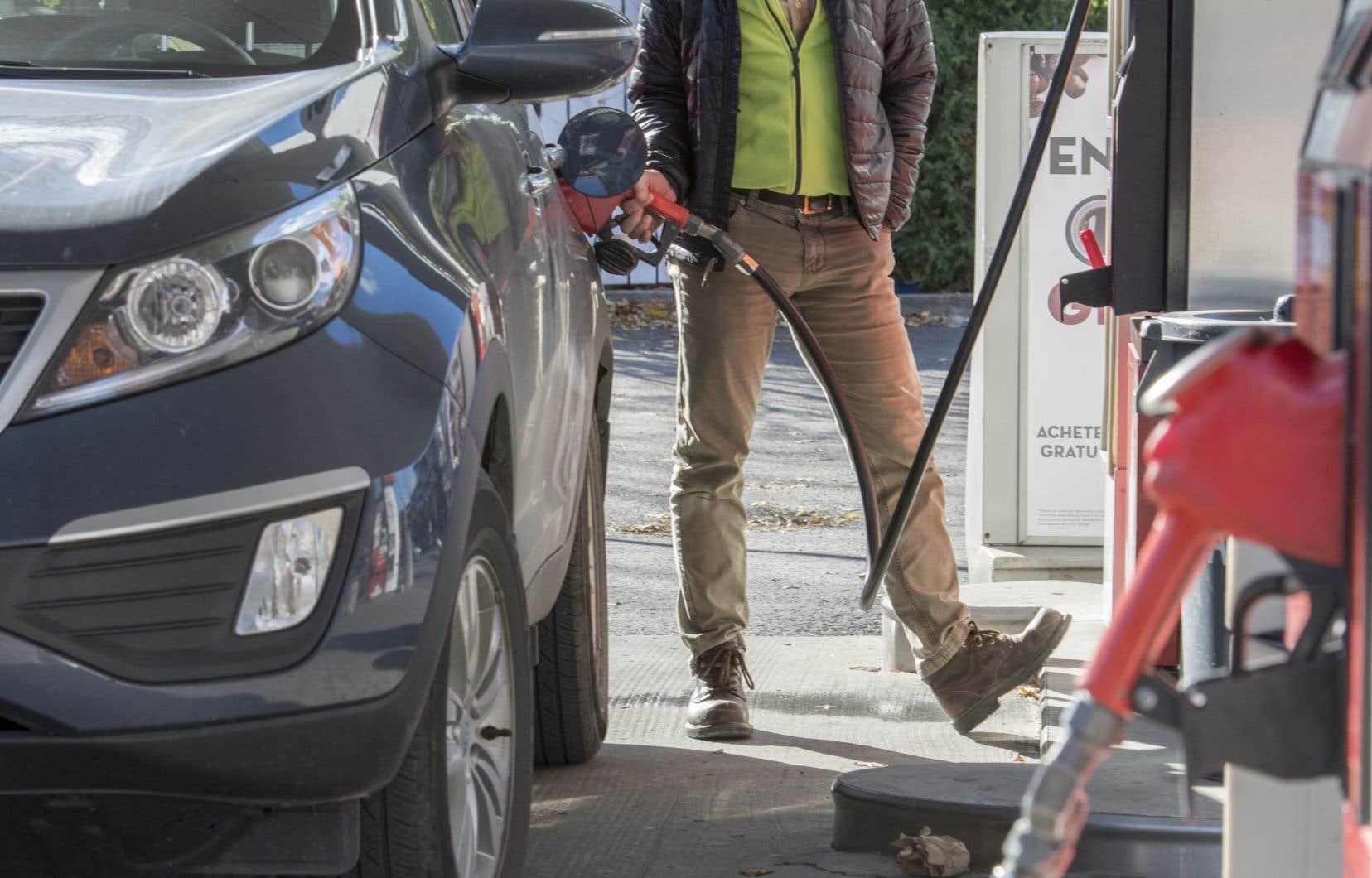 La hausse peut atteindre environ 0,10 $ du prix du litre de carburant ordinaire, le prix ayant été signalé en plusieurs endroits à 1,44$.