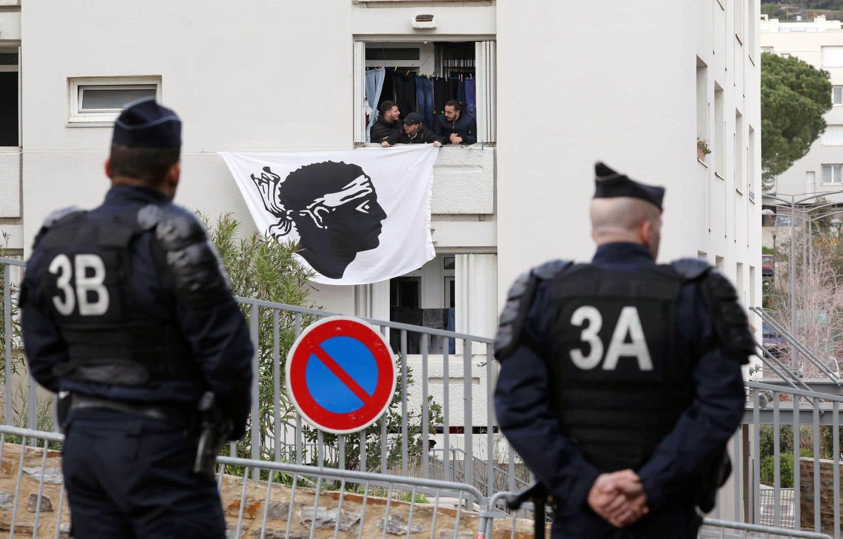 Une famille déploie le drapeau corse à la fenêtre de son logement à Bastia. C'était lors de la visite du président Emmanuel Macron en février dernier.