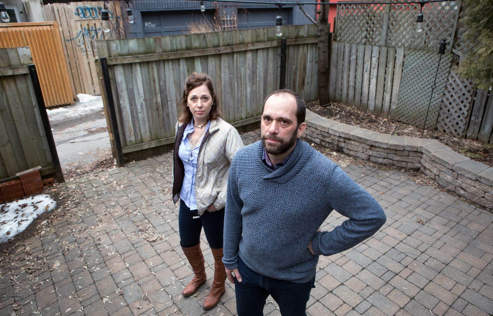 Deux citoyens du Plateau Mont-Royal, Simon Cadotte et Marie-Josée Cloutier, devront abandonner l'idée de se procurer une voiture électrique et d'installer une borne de recharge dans leur cour arrière.