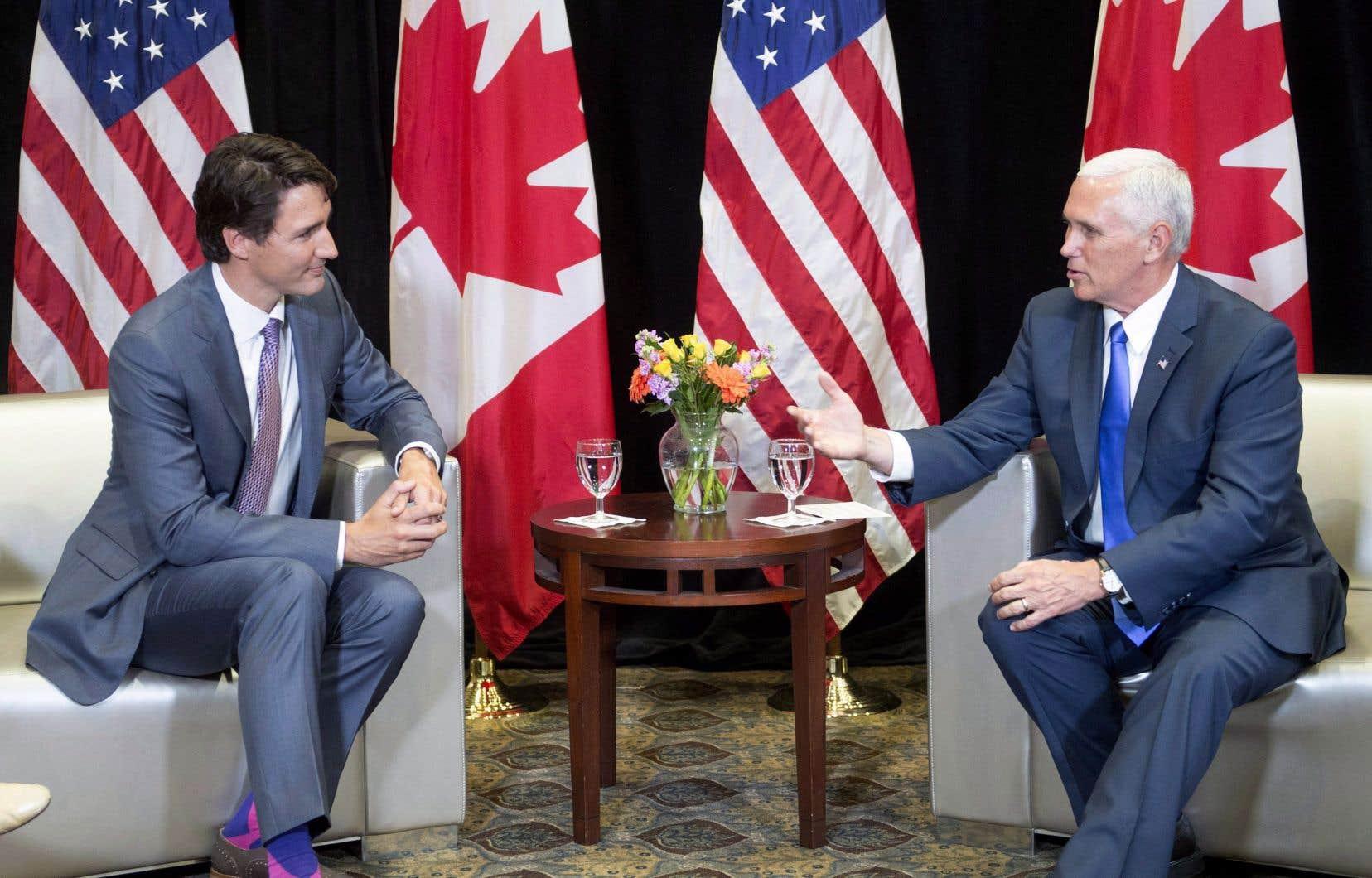 Le premier ministre Justin Trudeau et le vice-président américain, Mike Pence, samedi à Lima