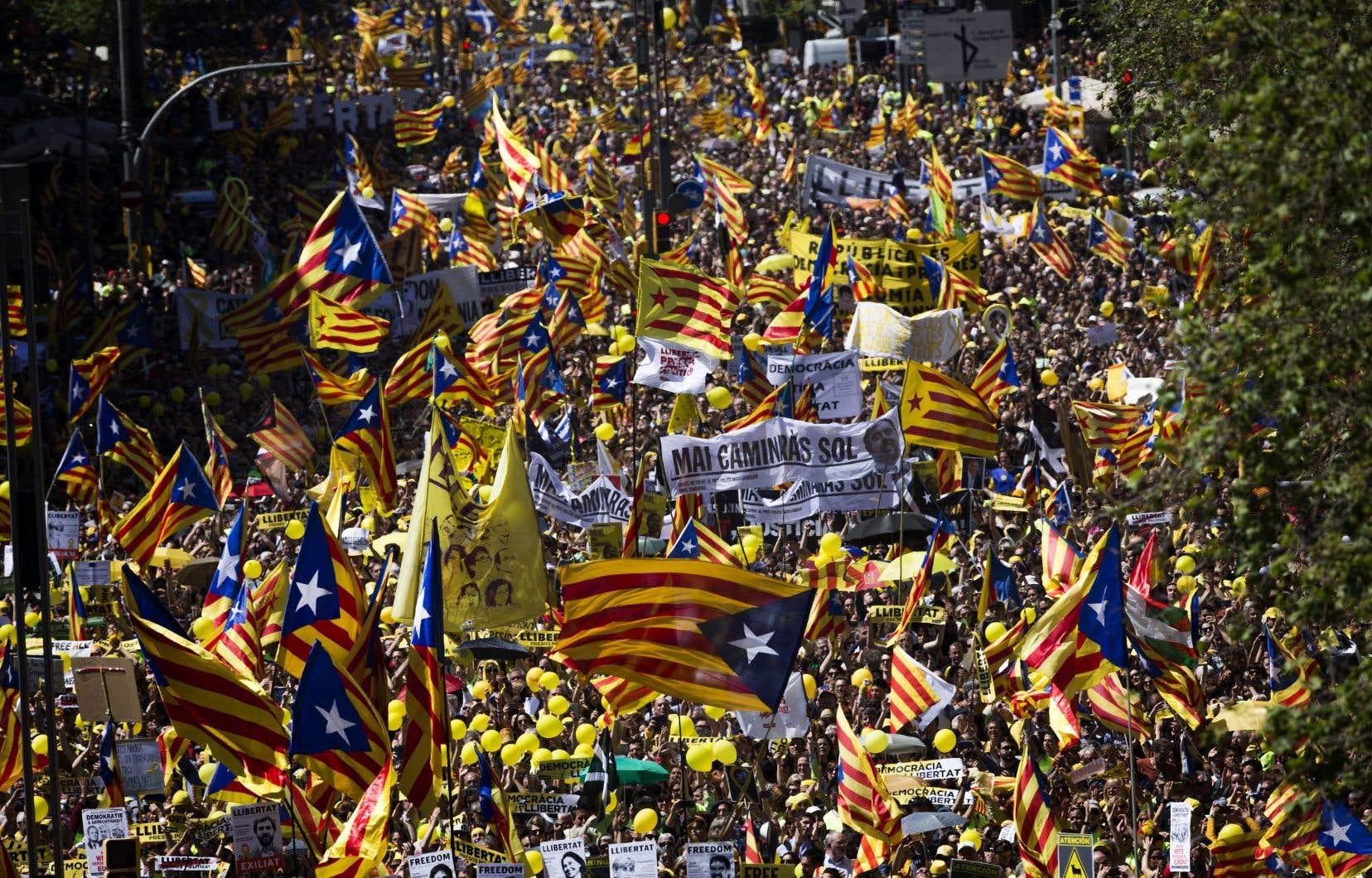 Au cri de «liberté pour les prisonniers politiques», des dizaines de milliers de Catalans ont défilé dimanche à Barcelone.
