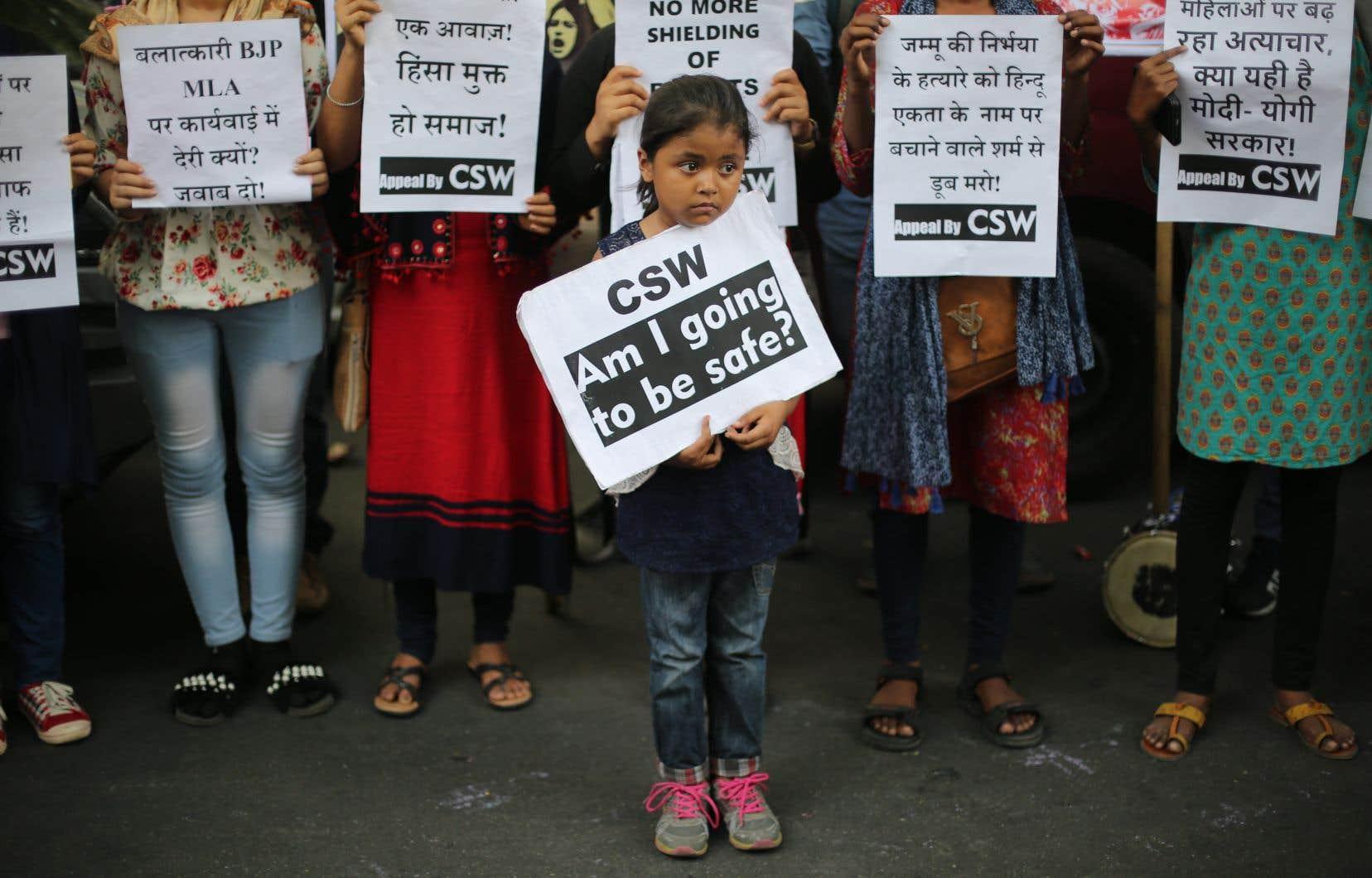 Brandissant des affiches et des pancartes, les manifestantes et manifestants ont marché à New Delhi, Mumbai et d'autres villes, demandant au gouvernement indien la traduction rapide en justice de suspects de viols.