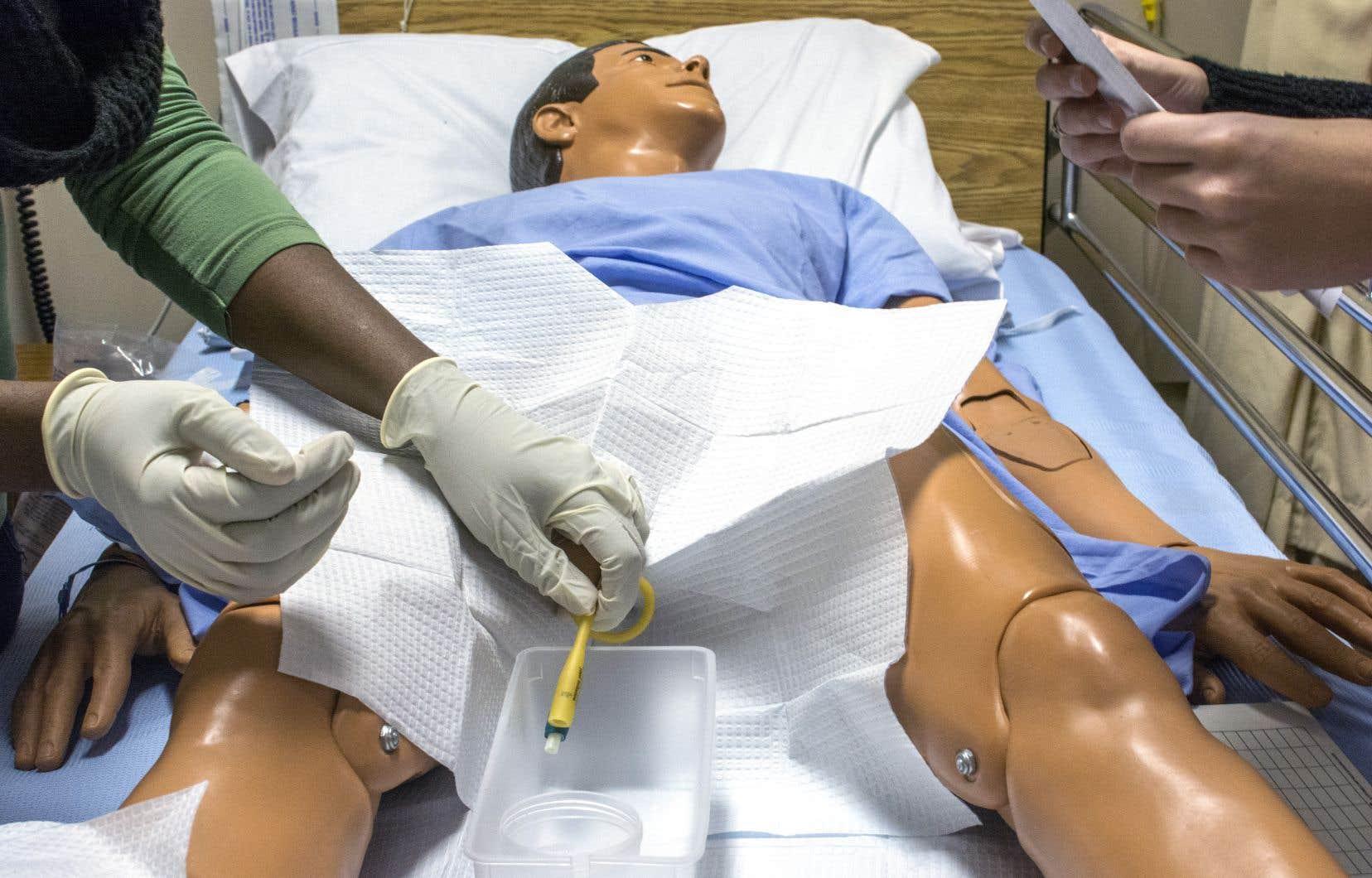 Les infirmières formées dans les cégeps développent peu de compétences en soins critiques, en réadaptation et en santé communautaire puisque ces sujets sont enseignés uniquement dans le cadre de la formation universitaire, souligne l'auteur.