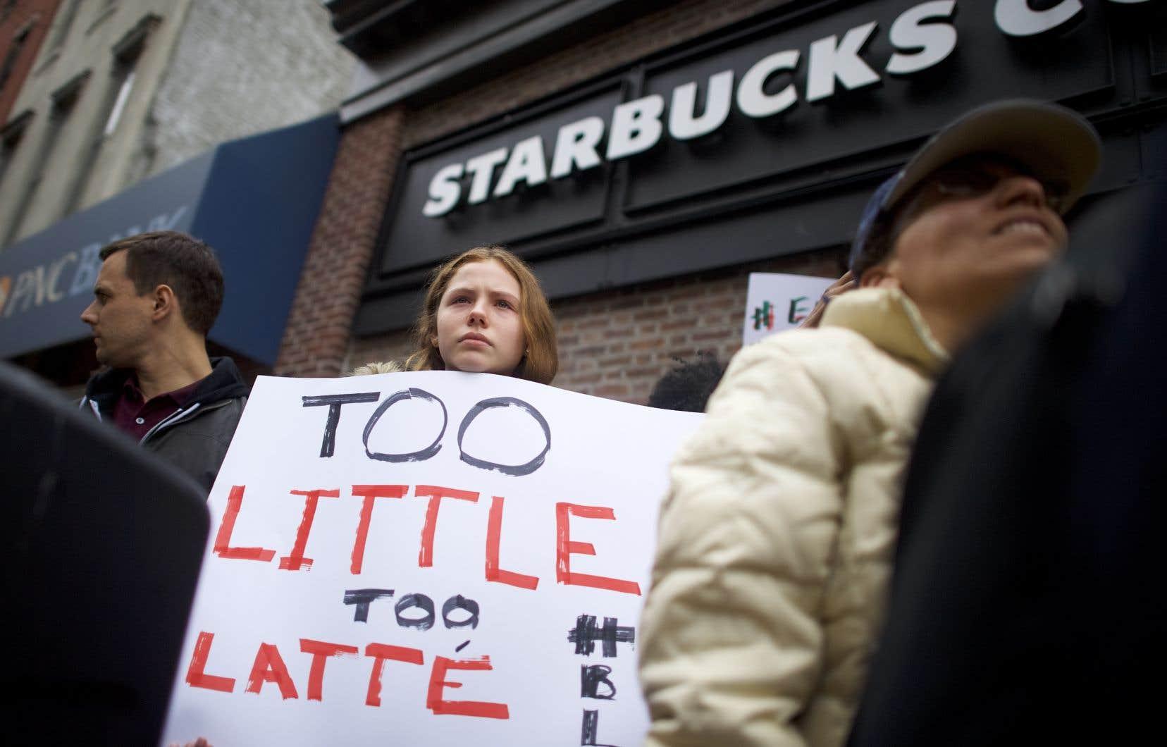 Des manifestants se sont rassemblés dimanche devant la succursale de Philadelphie où l'incident a eu lieu.