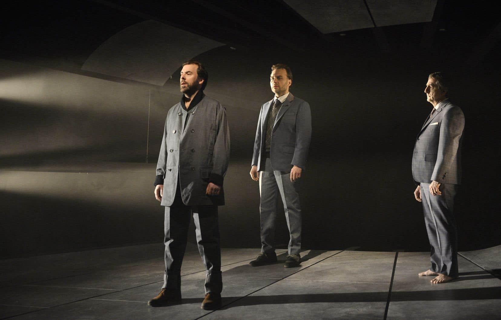 Dans la pièce, les trois personnages nommés Thomas Harding exposent leur culpabilité, leur deuil, leur désarroi.