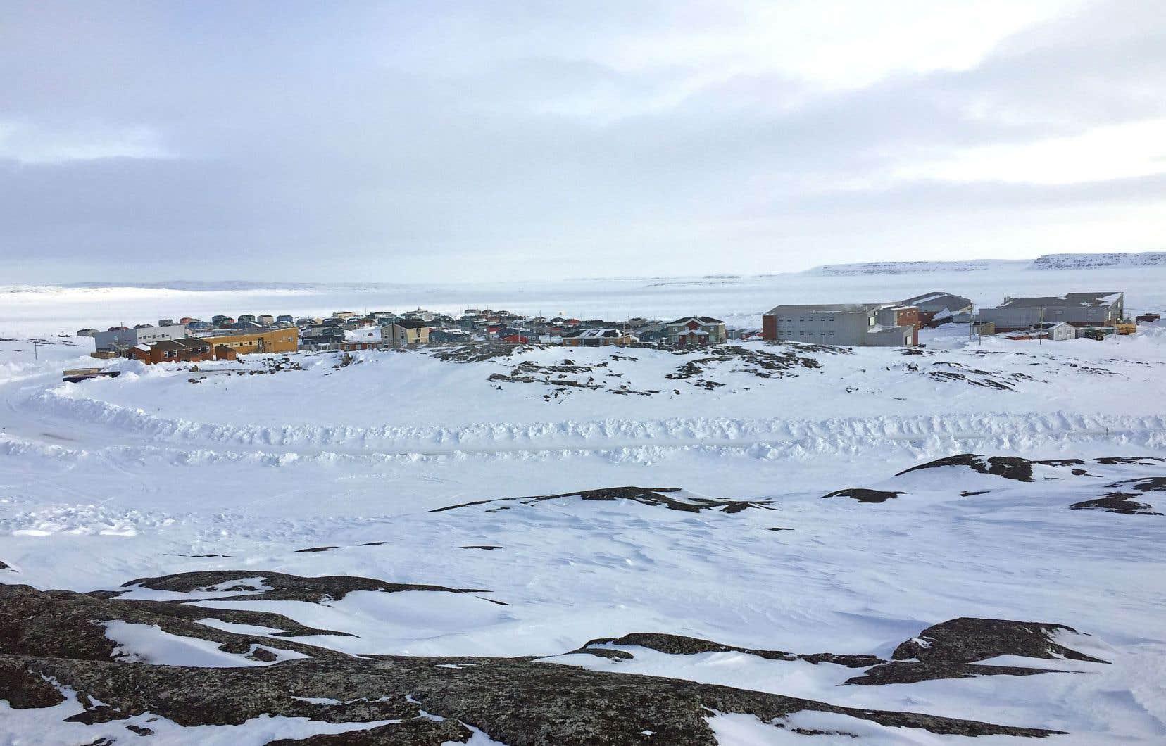 Le village d'Inukjuak, au bord de la baie d'Hudson, au Nunavik