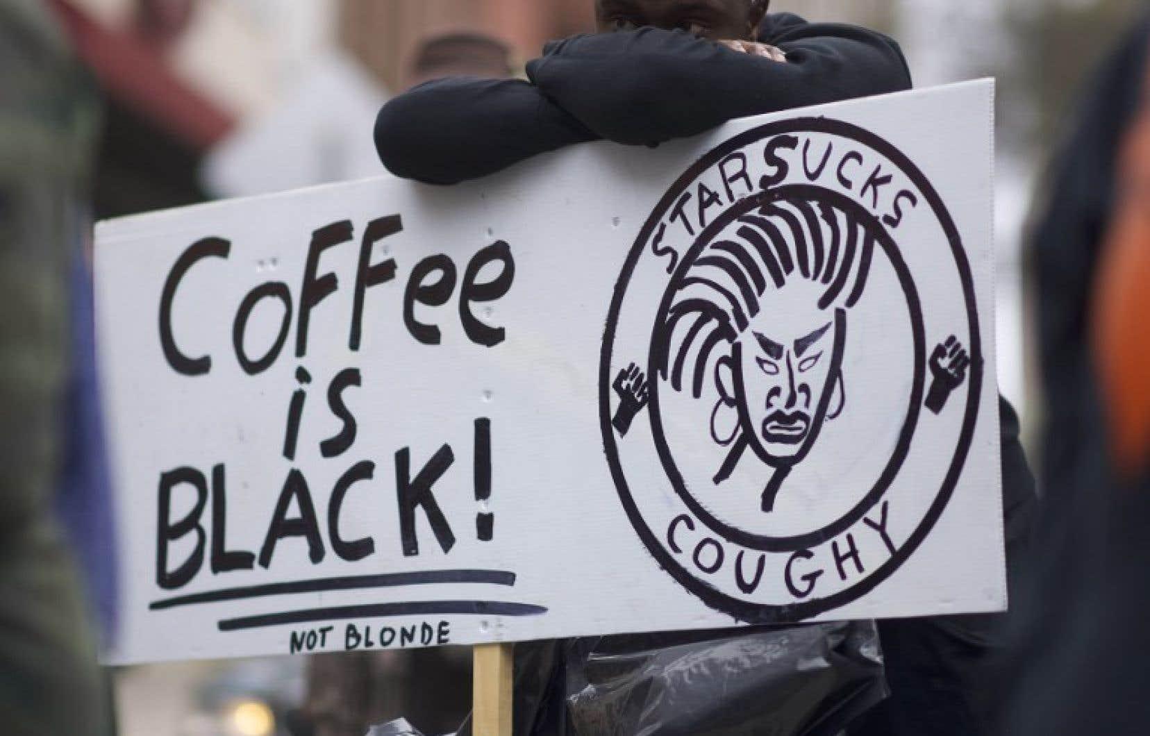 Une vingtaine de manifestants se sont présentés au café de Philadelphie, lundi.