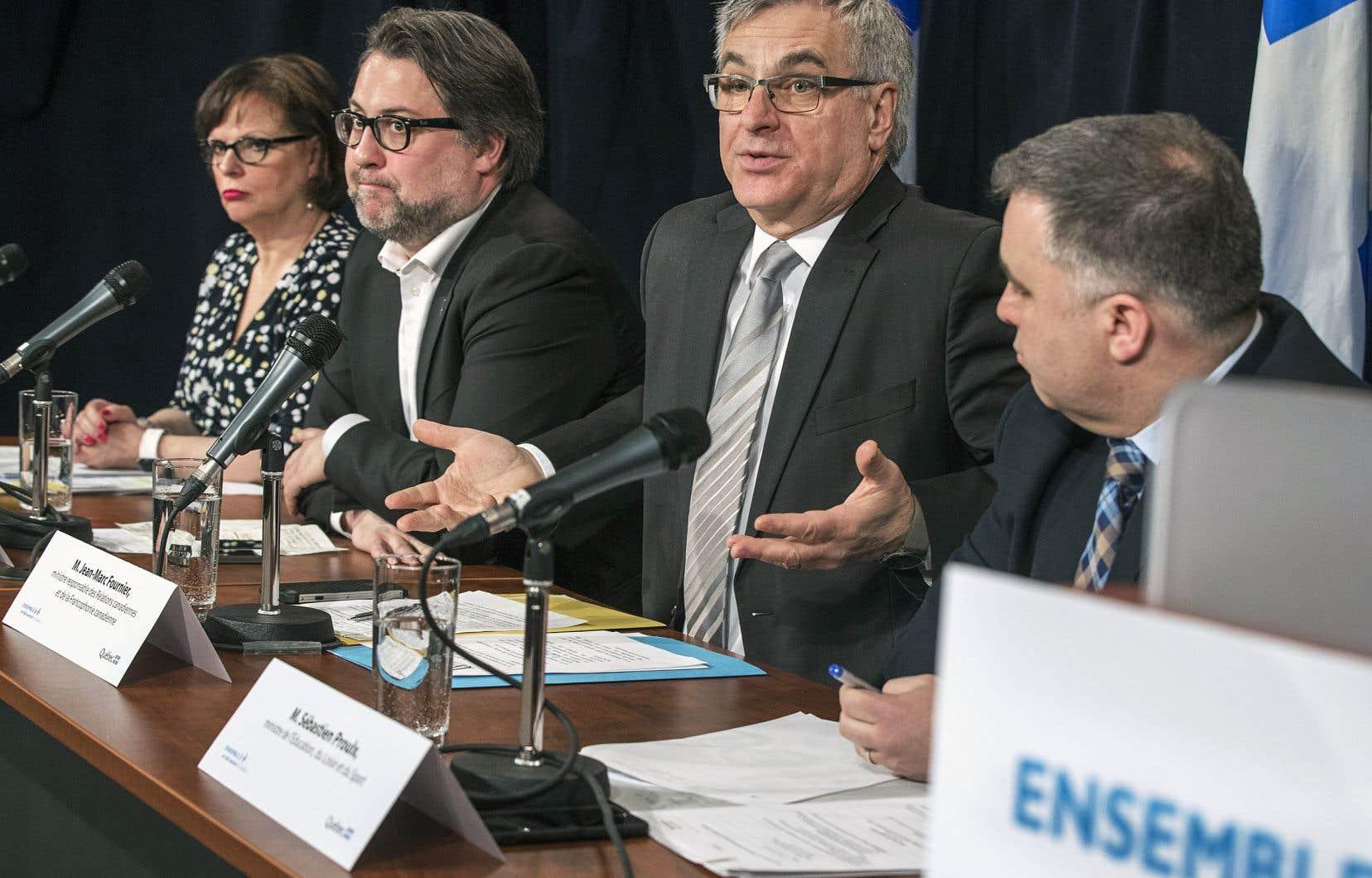 Les ministres Lucie Charlebois, David Heurtel, Jean-Marc Fournier et Sébastien Proulx ont été dépêchés devant les journalistes pour augmenter la pression sur le gouvernement fédéral.