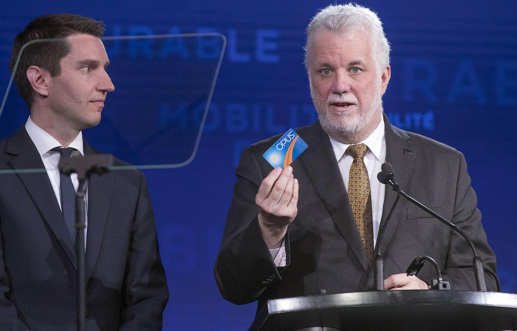Accompagné de son ministre des Transports, André Fortin, le premier ministre Philippe Couillard a levé le voile sur la Politique de mobilité durable de son gouvernement pour les prochaines années.