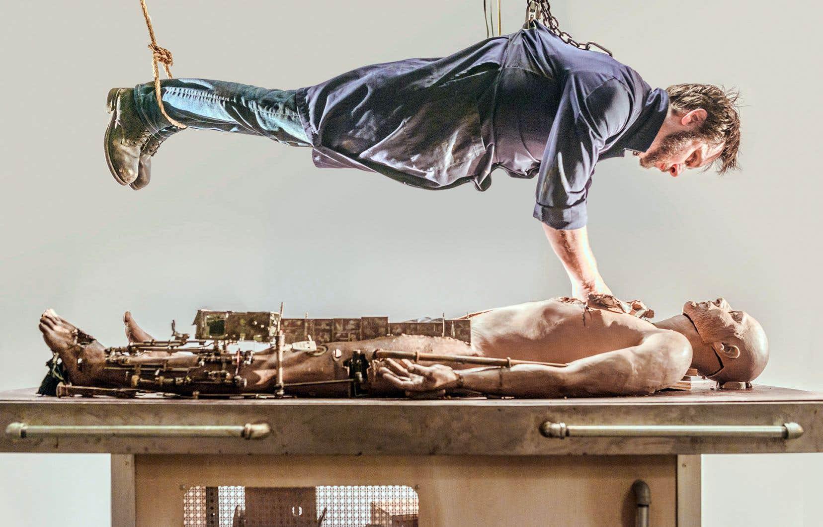 Le cinéaste Patrick Bouchard propose une fable symboliste dans laquelle un artiste-clinicien fait l'autopsie d'un clone dont il extrait divers éléments liés à sa vie.
