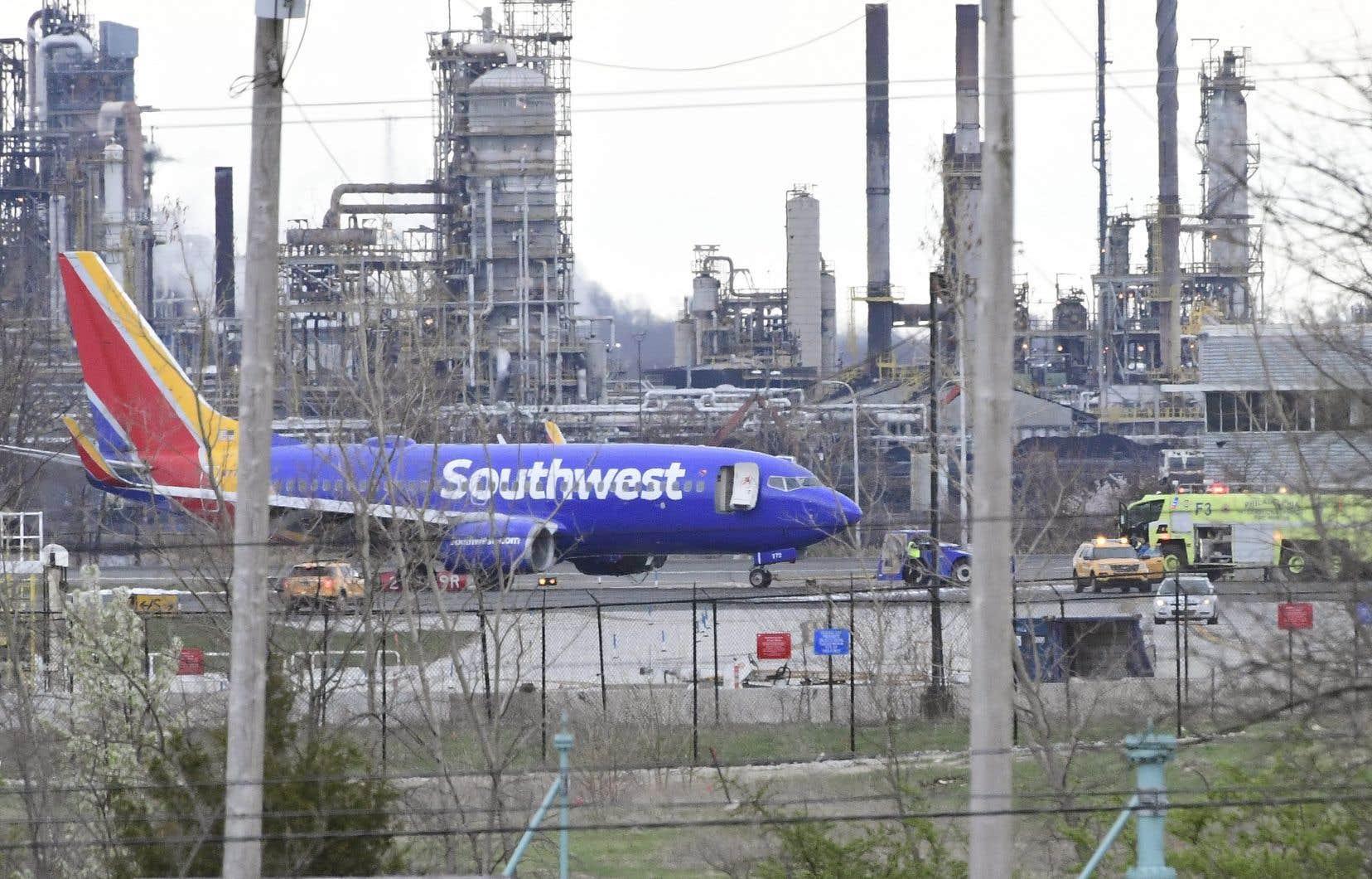 Un appareil de Southwest Airlines a dû se poser à l'aéroport de Philadelphie lorsqu'une partie du moteur et un hublot ont été endommagés.