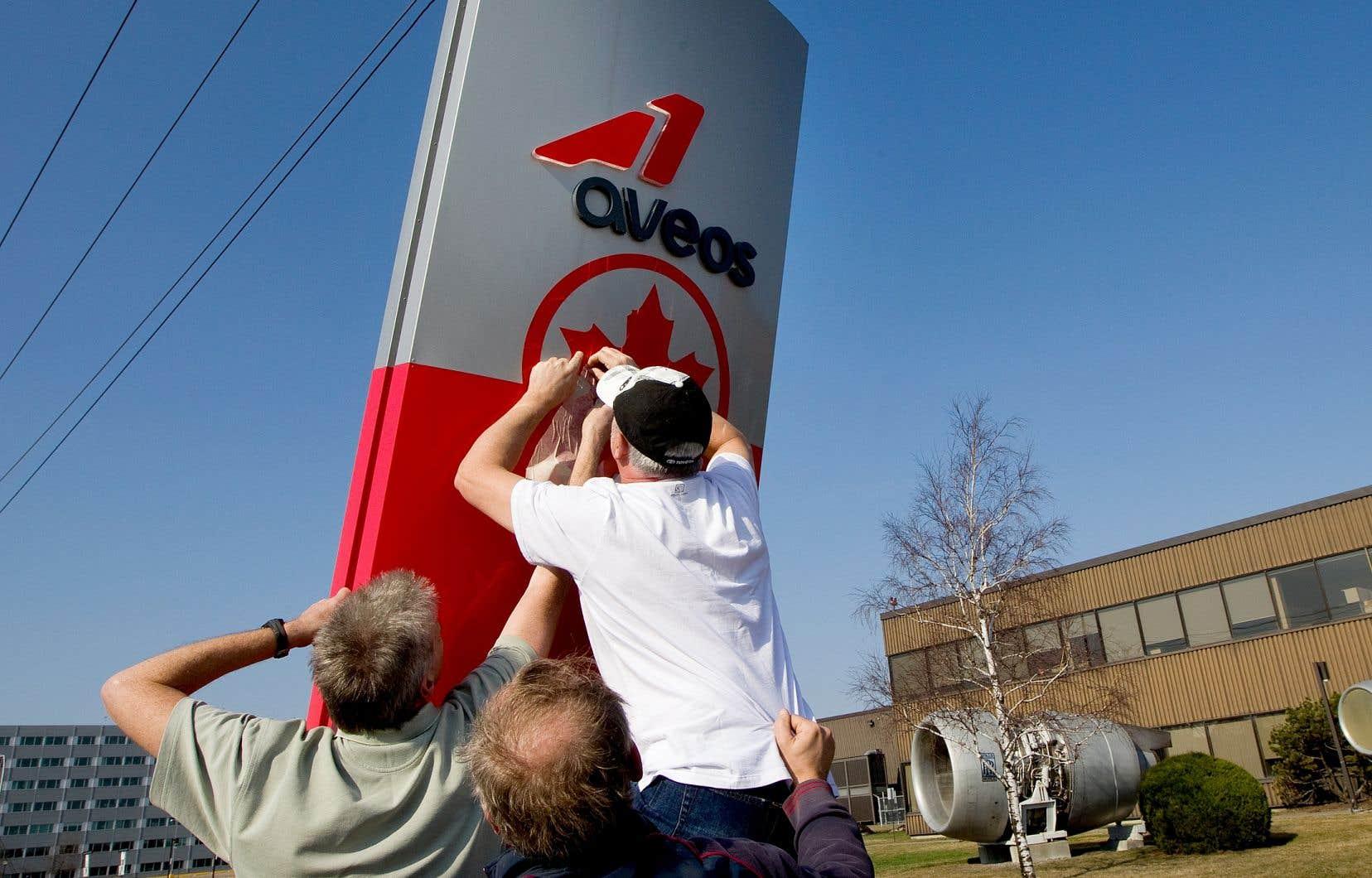 En 2012, des travailleurs d'Aveos ont manifesté leur colère après la fermeture subite de l'entreprise.