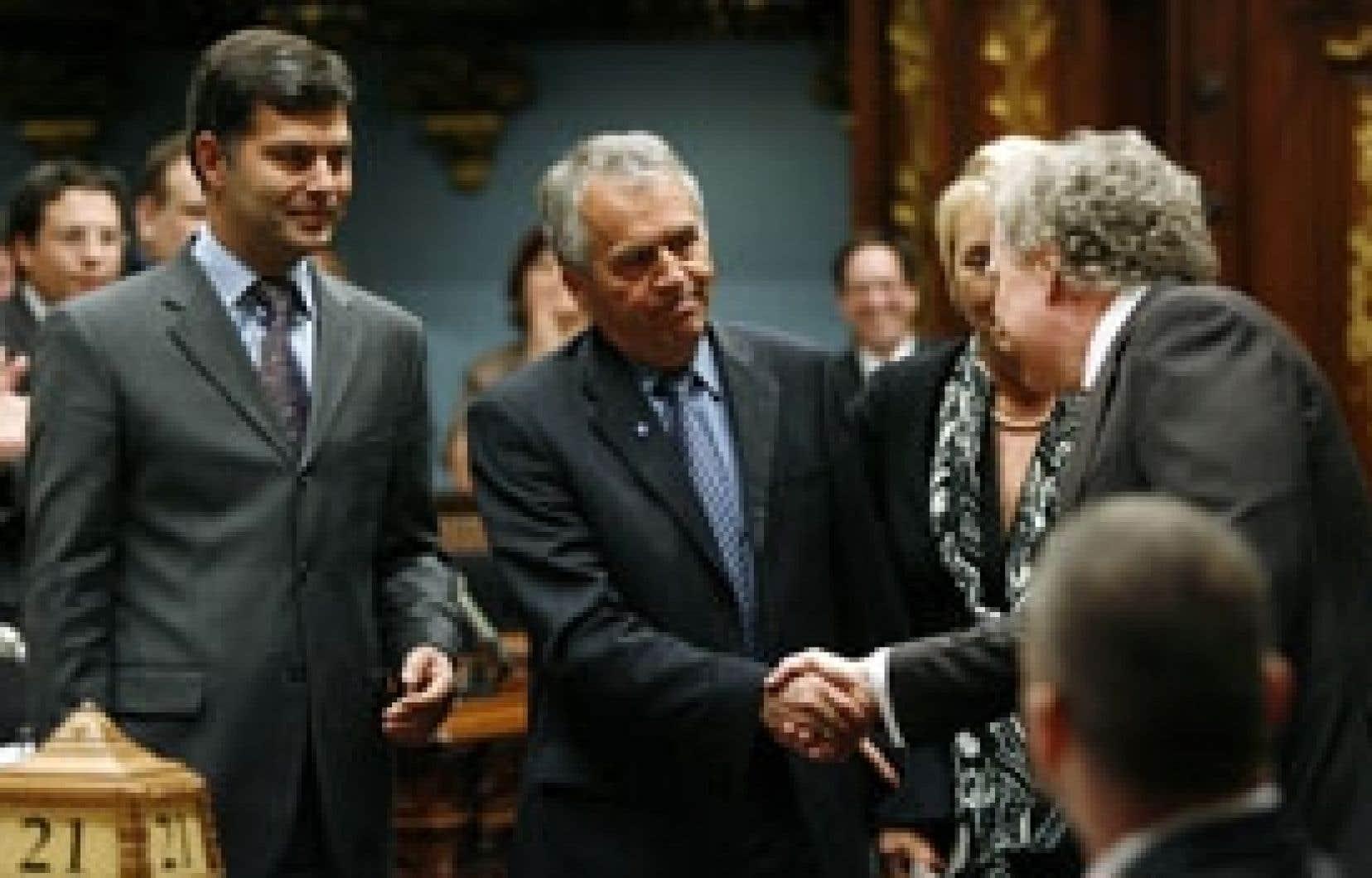 Le premier ministre Jean Charest a serré la main du nouveau président de l'Assemblée nationale, le député péquiste d'Abitibi-Ouest, François Gendron, mais il a refusé d'escorter ce dernier à son siège de président, comme le veut la tradi