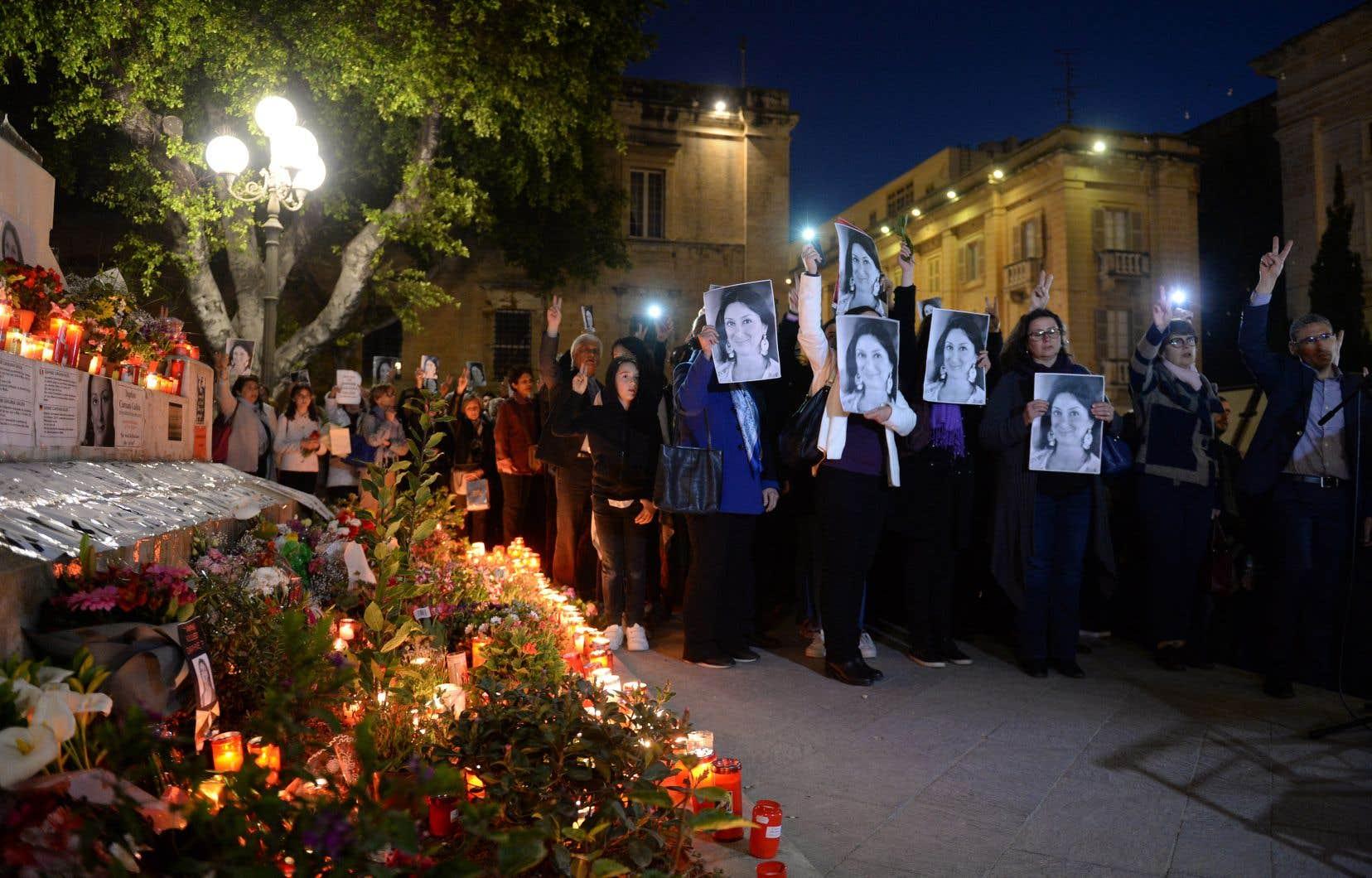 Des citoyens se sont réunis devant le tribunal de La Valette lundi pour rendre hommage à la journaliste Daphne Caruana Galizia, six mois après son assassinat.
