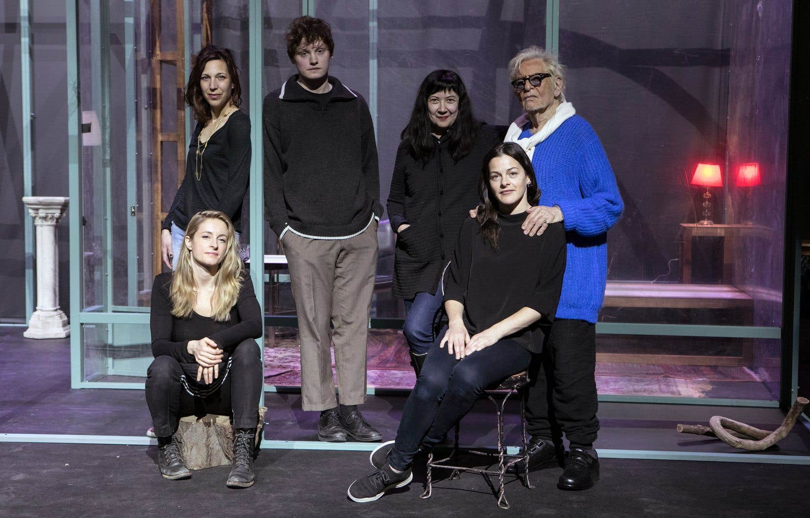 L'auteure sur la scène en montage de «La vie utile», en compagnie de la metteure en scène Marie Brassard et des comédiens Christine Beaulieu, Jules Roy Sicotte, Sophie Cadieux et Louis Negin