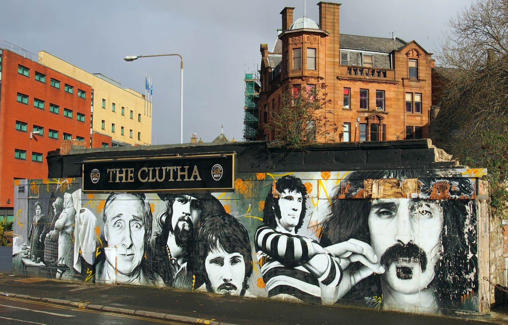 Une murale commémore l'écrasement d'un hélicoptère sur le toit du bar Clutha, en 2013, qui a causé la mort de 10 personnes.