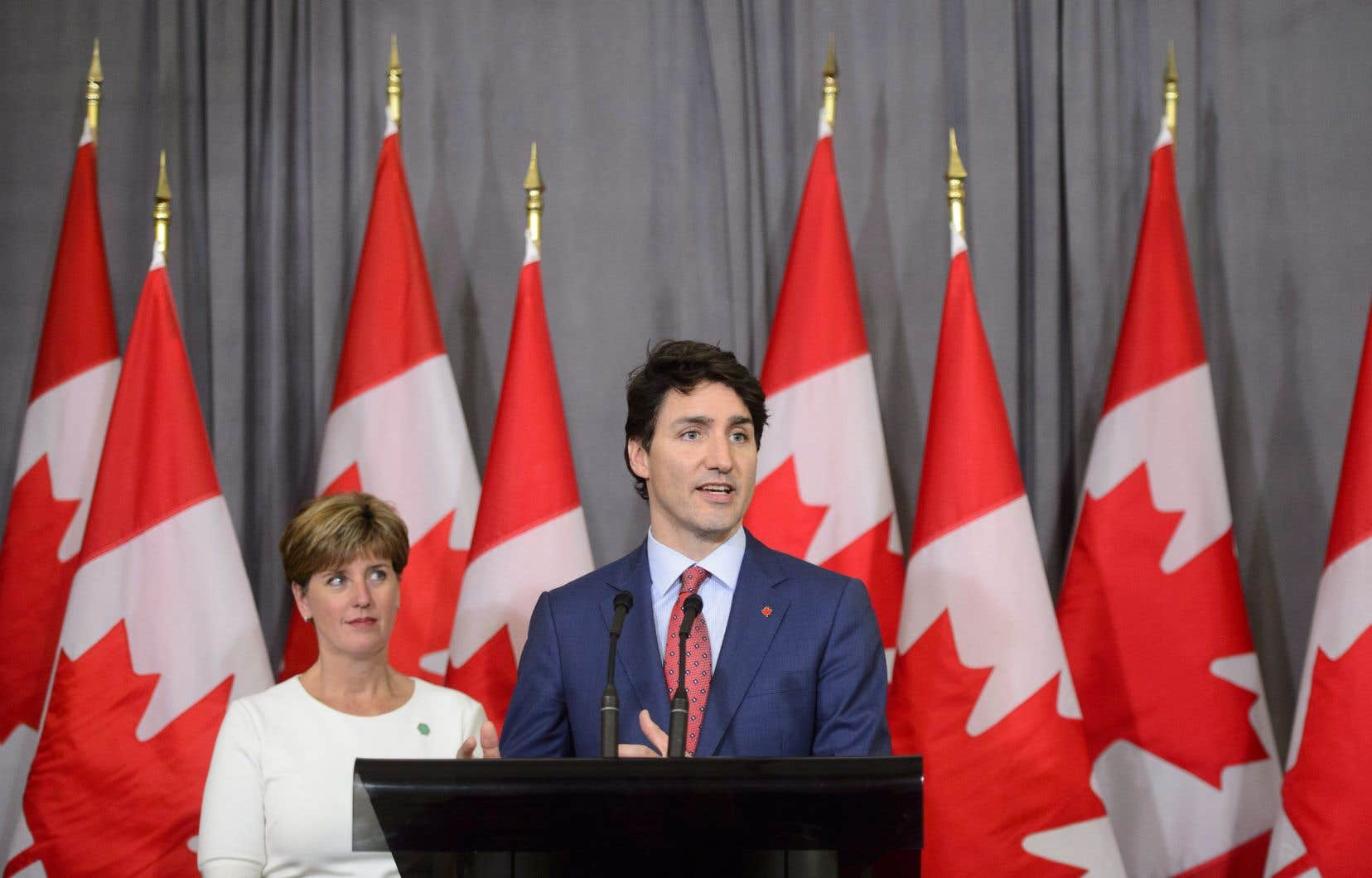Le premier ministre Justin Trudeau, aux côtés de la ministre Marie-Claude Bibeau, jeudi à Londres