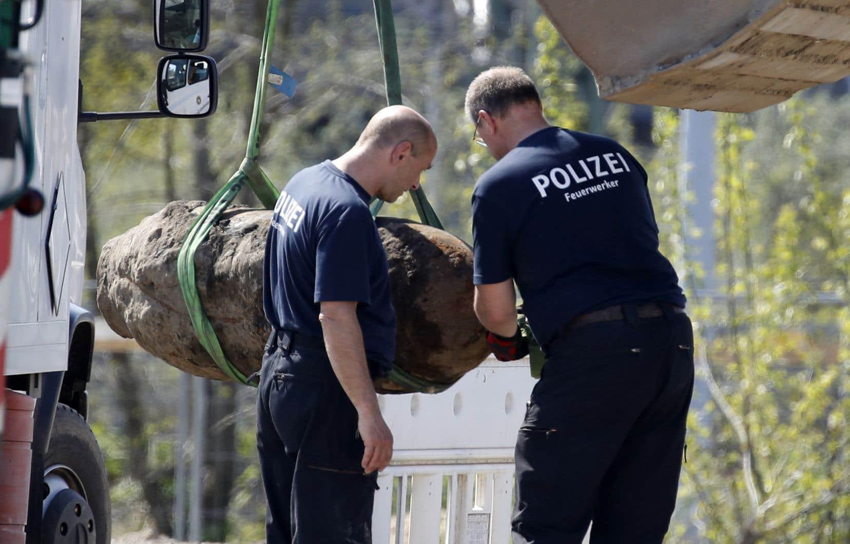 Trouvé par des ouvriers sur un chantier au coeur de la capitale allemande, l'engin était jugé «sûr» par la police. Les démineurs n'ont eu qu'à faire exploser le détonateur et pas la bombe elle-même.