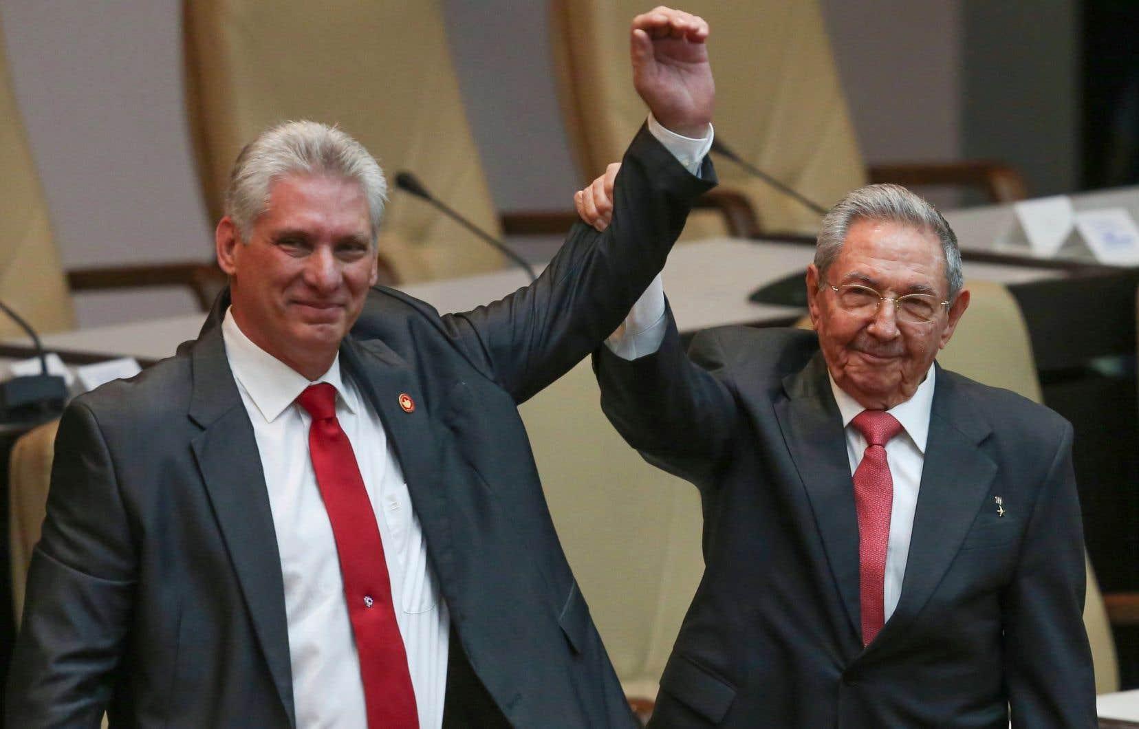 Le nouveau président de Cuba, Miguel Díaz-Canel (à gauche), aux côtés de Raul Castro, qui a régné sur le pays pendant dix ans