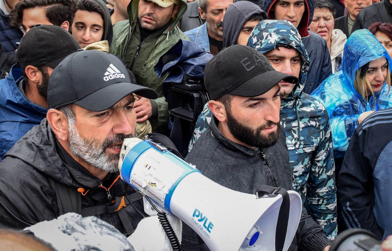 Plusieurs milliers de personnes affluaient dans l'après-midi vers la place de la République, en plein centre d'Erevan, la capitale arménienne.