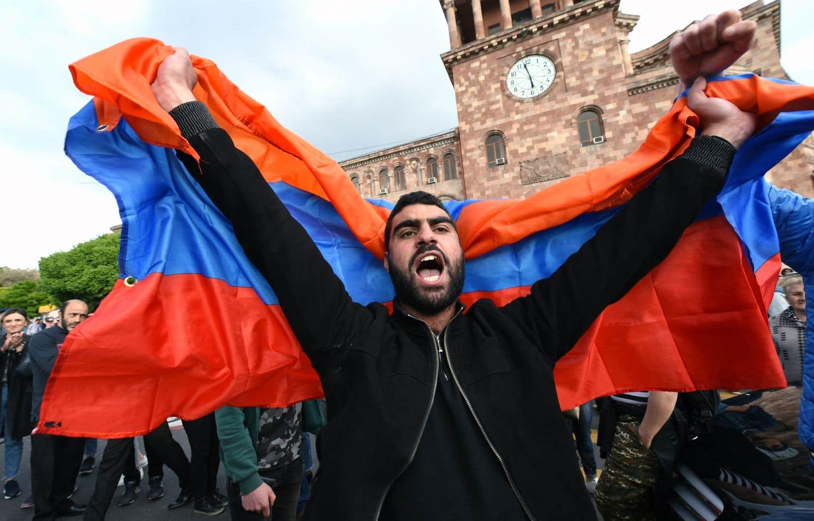 Les protestataires accusent le premier ministre Serge Sarkissian de s'accrocher au pouvoir.