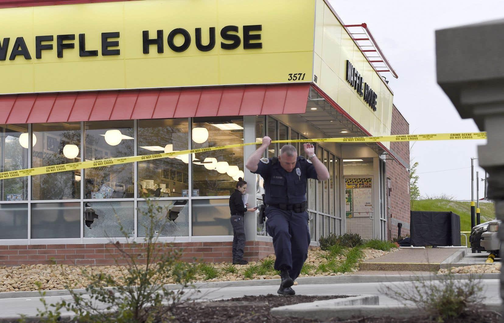La fusillade a éclaté à 03h25 dans un restaurant de gaufres à Antioch, au sud-est de Tennessee.