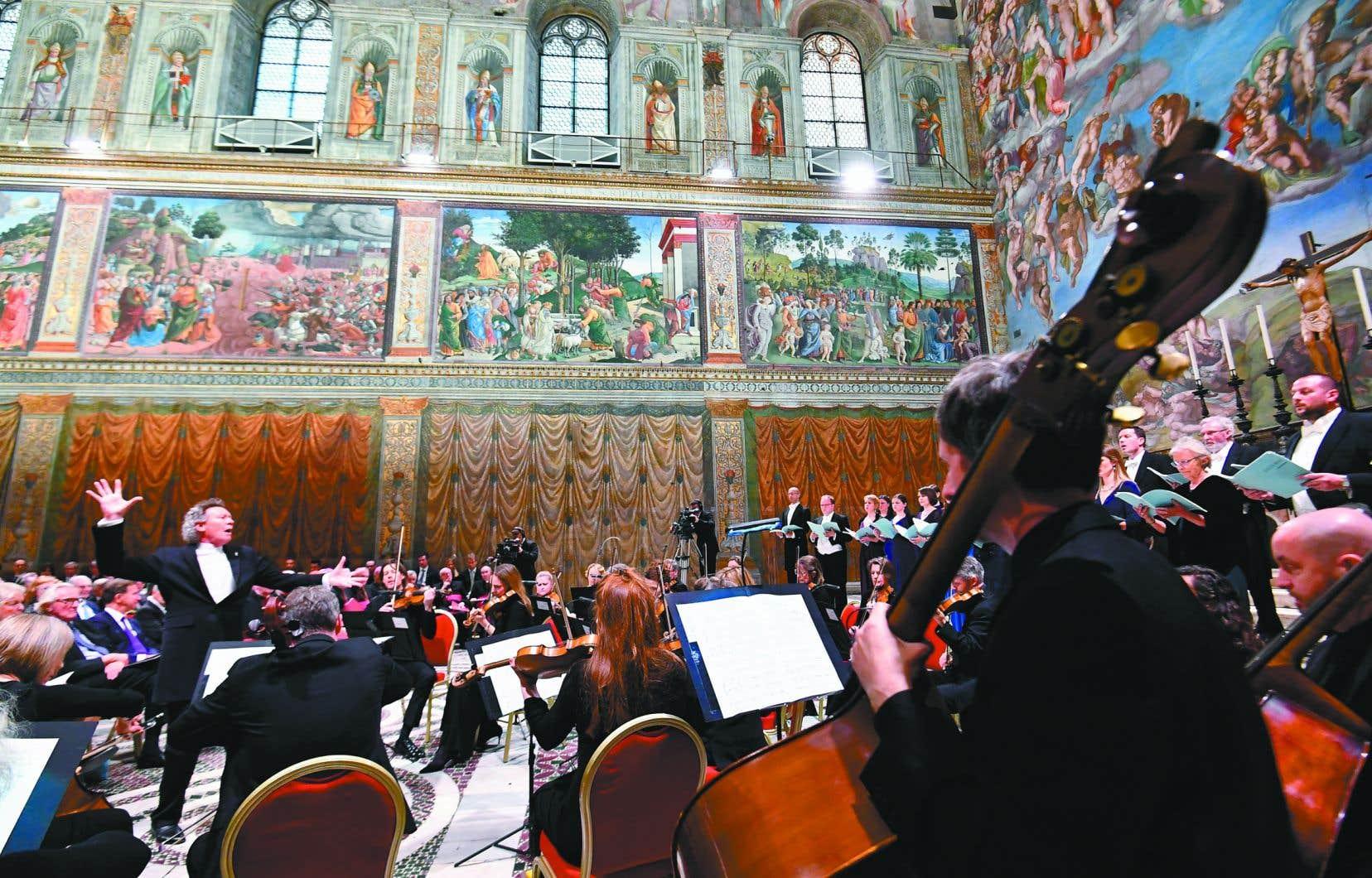 L'œuvre «Stabat Mater» a été interprétée par le chœur The Sixteen et l'orchestre de cordes Britten Sinfonia,sous la direction de Harry Christophers.