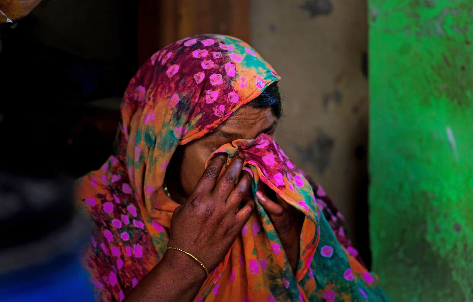 Lorsque le bâtiment de huit étages s'est affaissé comme un château de cartes, Nilufer Begum, une ouvrière de 38 ans, a passé une demi-journée écrasée sous trois corps et une montagne de débris.