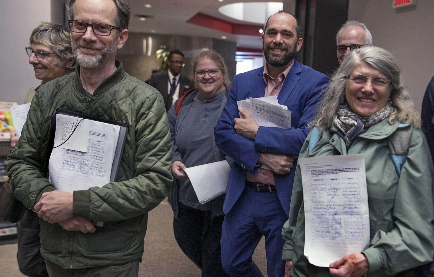 Des citoyens se sont rendus lundi au bureau de l'arrondissement du Plateau-Mont-Royal afin de demander l'ouverture de registres, première étape vers la tenue de référendums.