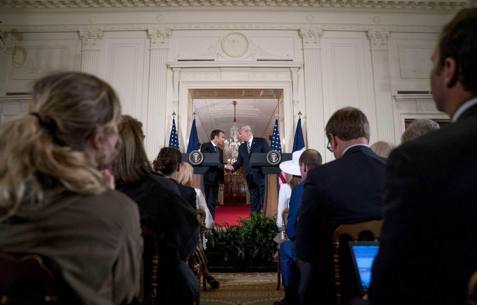 Le président français, Emmanuel Macron, et son homologue américain, Donald Trump, ont multiplié les embrassades et les poignées de main depuis lundi.
