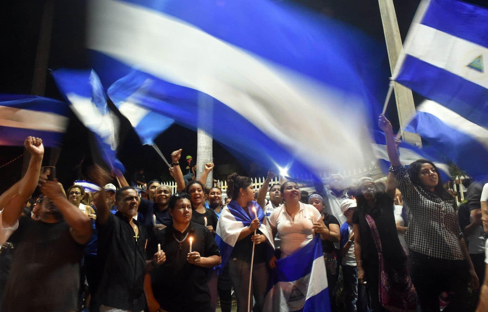 Des étudiants ont allumé des bougies lors d'une «Marche pour la paix et le dialogue» à Managua, lundi.