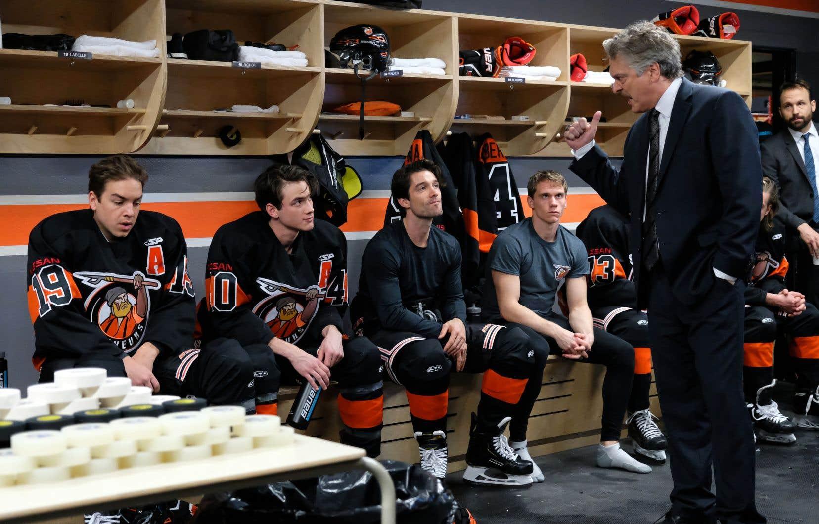 «Demain des hommes» s'attarde à un groupe de hockeyeurs adolescents rassemblés dans l'équipe fictive des Draveurs de Montferrand, qui évolue dans une tout aussi fictive ligue junior élite.