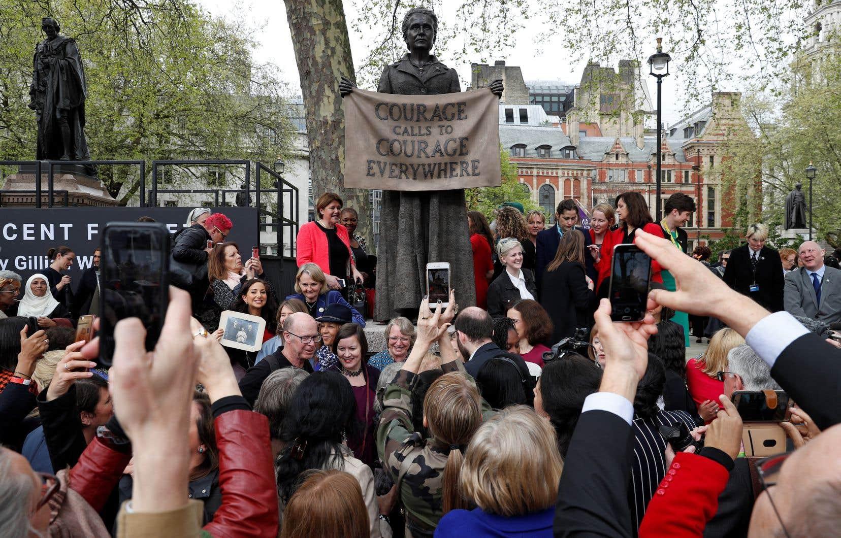 La statue de bronze, réalisée par l'artiste Gillian Wearing, a été inaugurée devant le parlement britannique mardi.