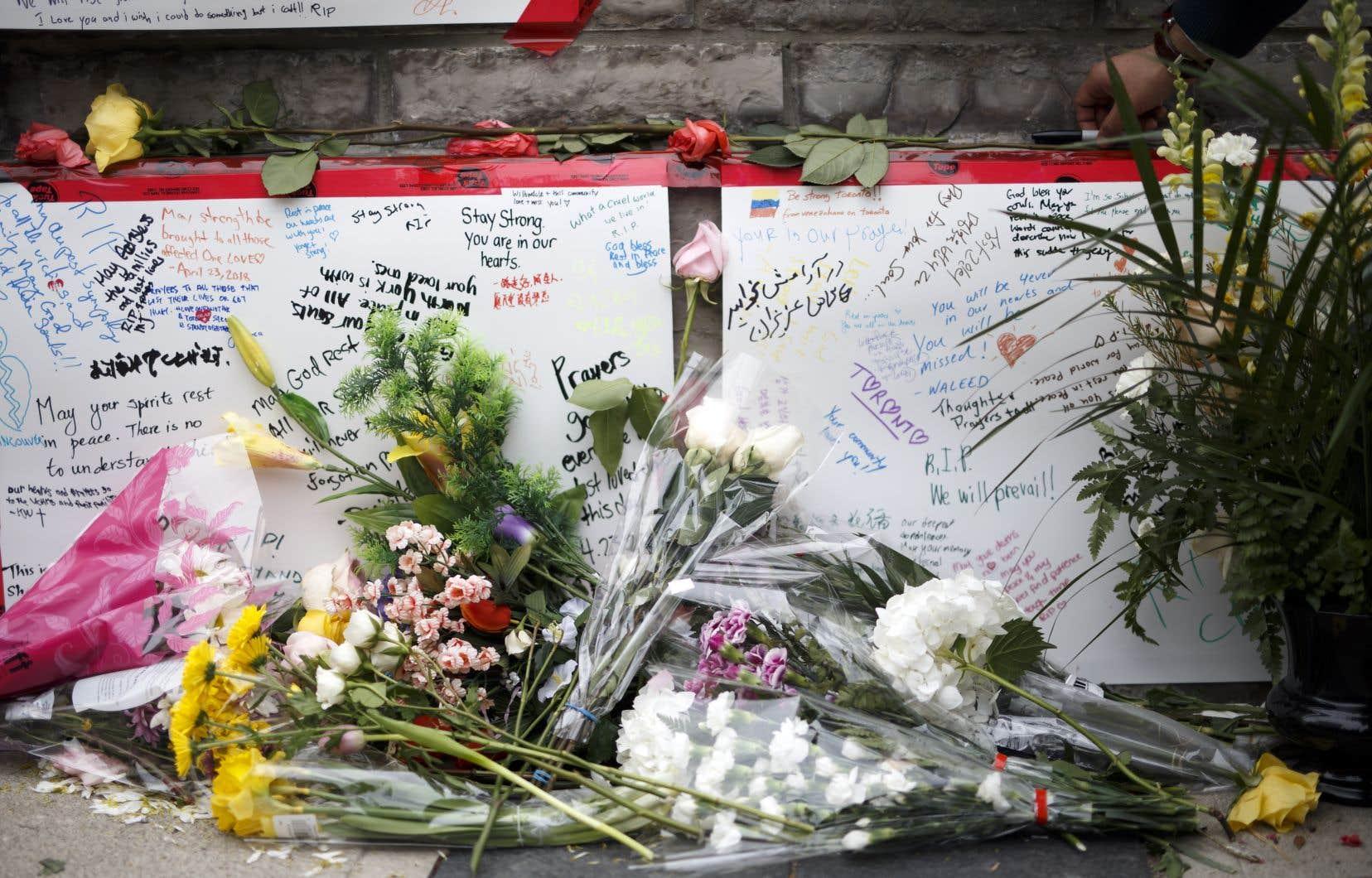 Des messages écrits en différentes langues et des fleurs ont été déposés sur un leu de recueillement spontané pour les victimes de l'attaque.