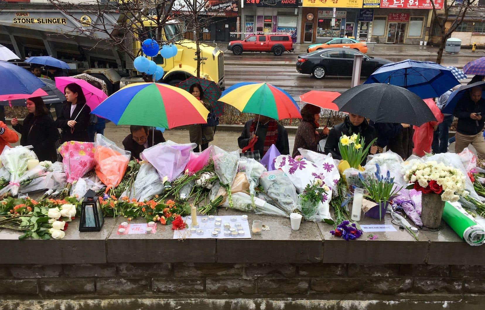 Les Torontois ont continué de déposer des gerbes de fleurs et de se recueillir 48 heures après l'attaque meurtrière.