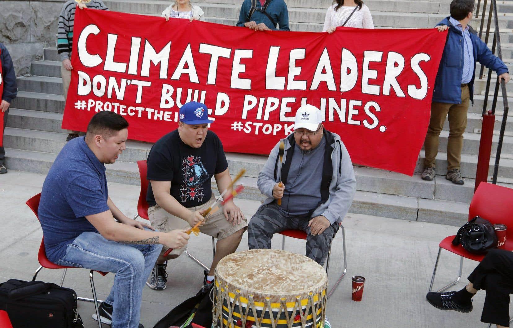 Des opposants au projet Trans Mountain ont manifesté lundi à Ottawa.
