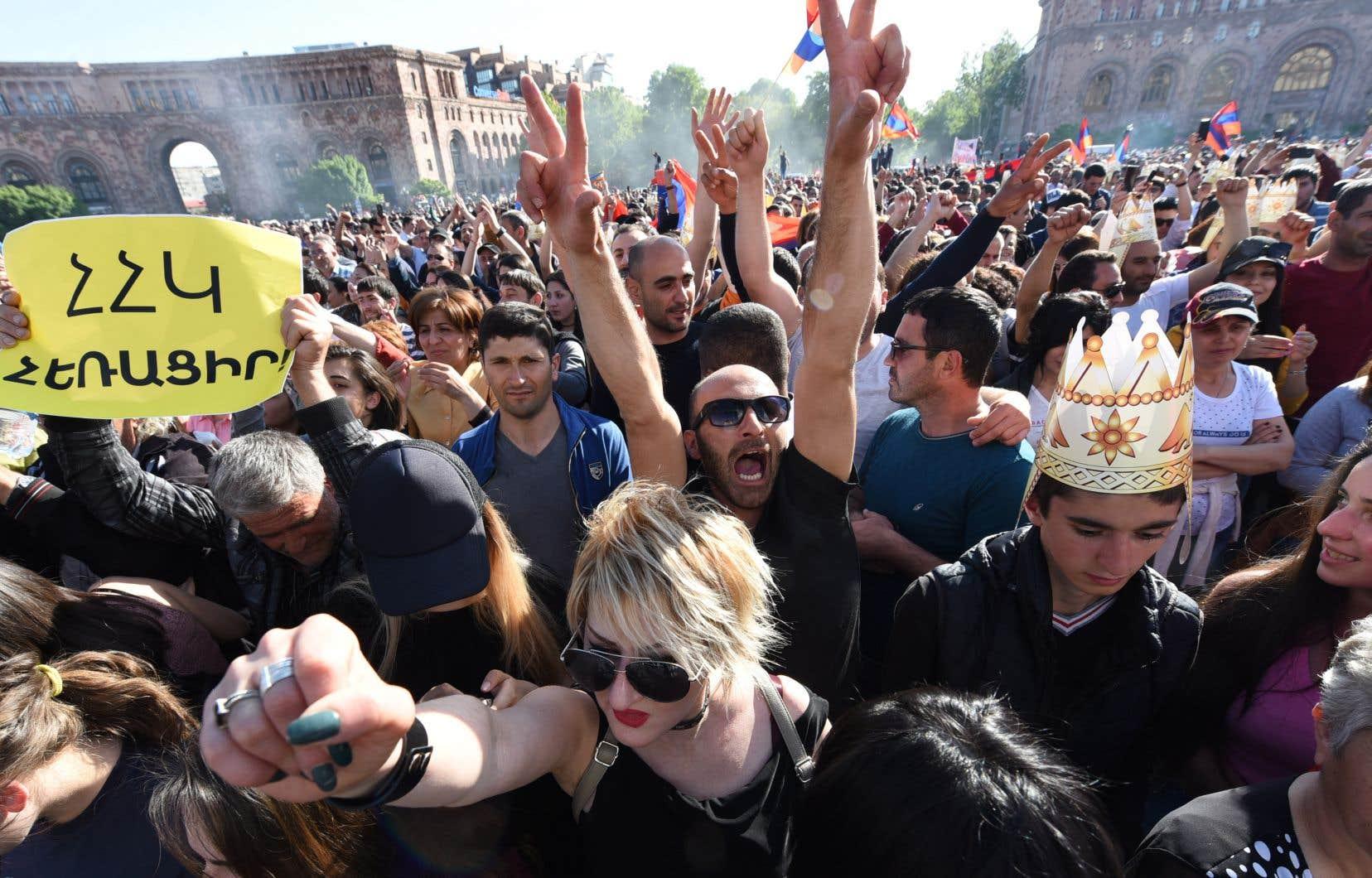 Des dizaines de milliers de manifestants se sont réunis mercredi sur la place de la République à Erevan, haut lieu de la contestation anti-Sarkissian.