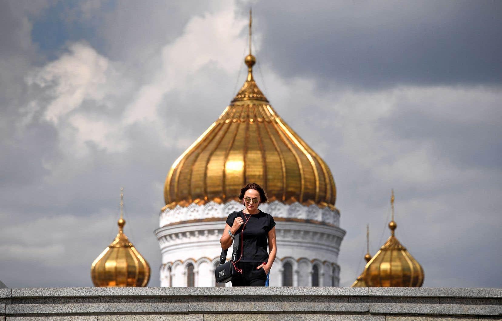 Une femme devant la cathédrale du Christ sauveur à Moscou