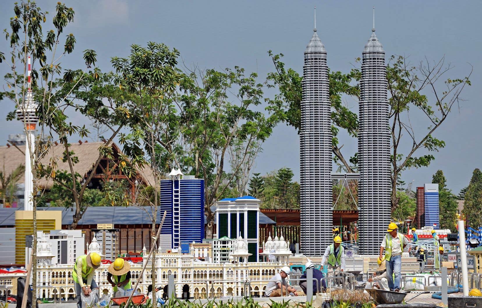 En 2012, en Malaisie, des ouvriers assemblent une version miniature de Kuala Lumpur, attraction du premier parc thématique Legoland d'Asie.