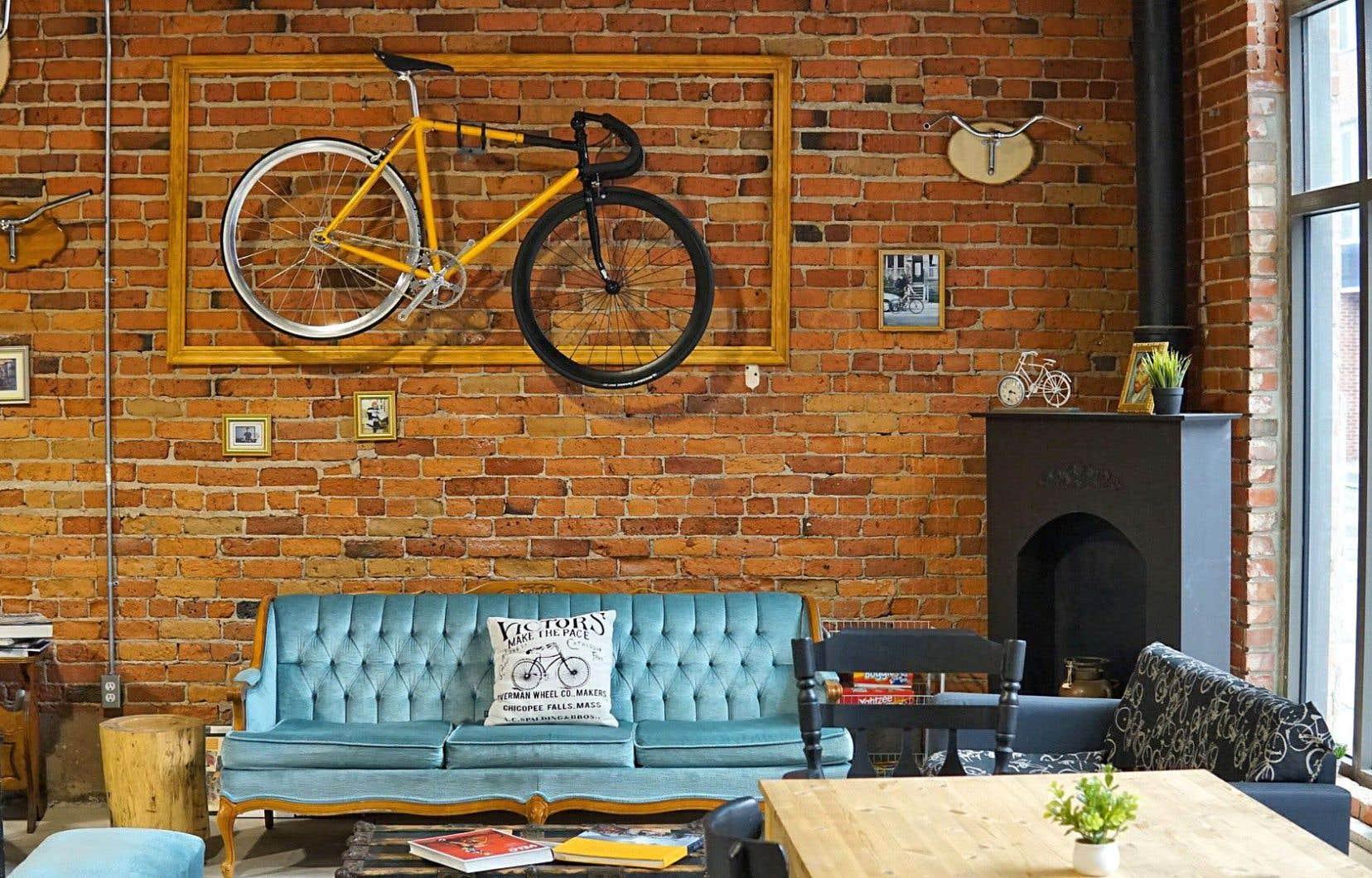 Il aura fallu attendre 2013 avant de voir un premier café-vélo ouvrir ses portes au Québec: Allo Vélo. D'abord sis dans le quartier Saint-Henri, à Montréal, l'endroit auquel se greffe une boutique de vélos urbains a depuis déménagé ses pénates dans Griffintown.