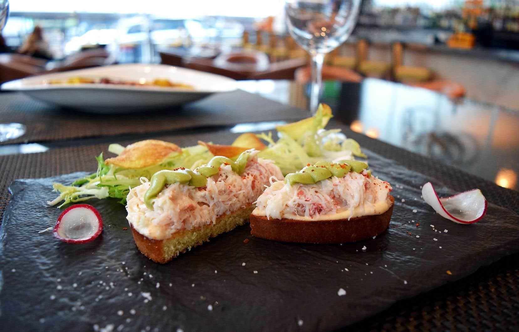 Dresser le crabe mayonnaise sur la brioche, ajouter une quenelle de purée d'avocat.