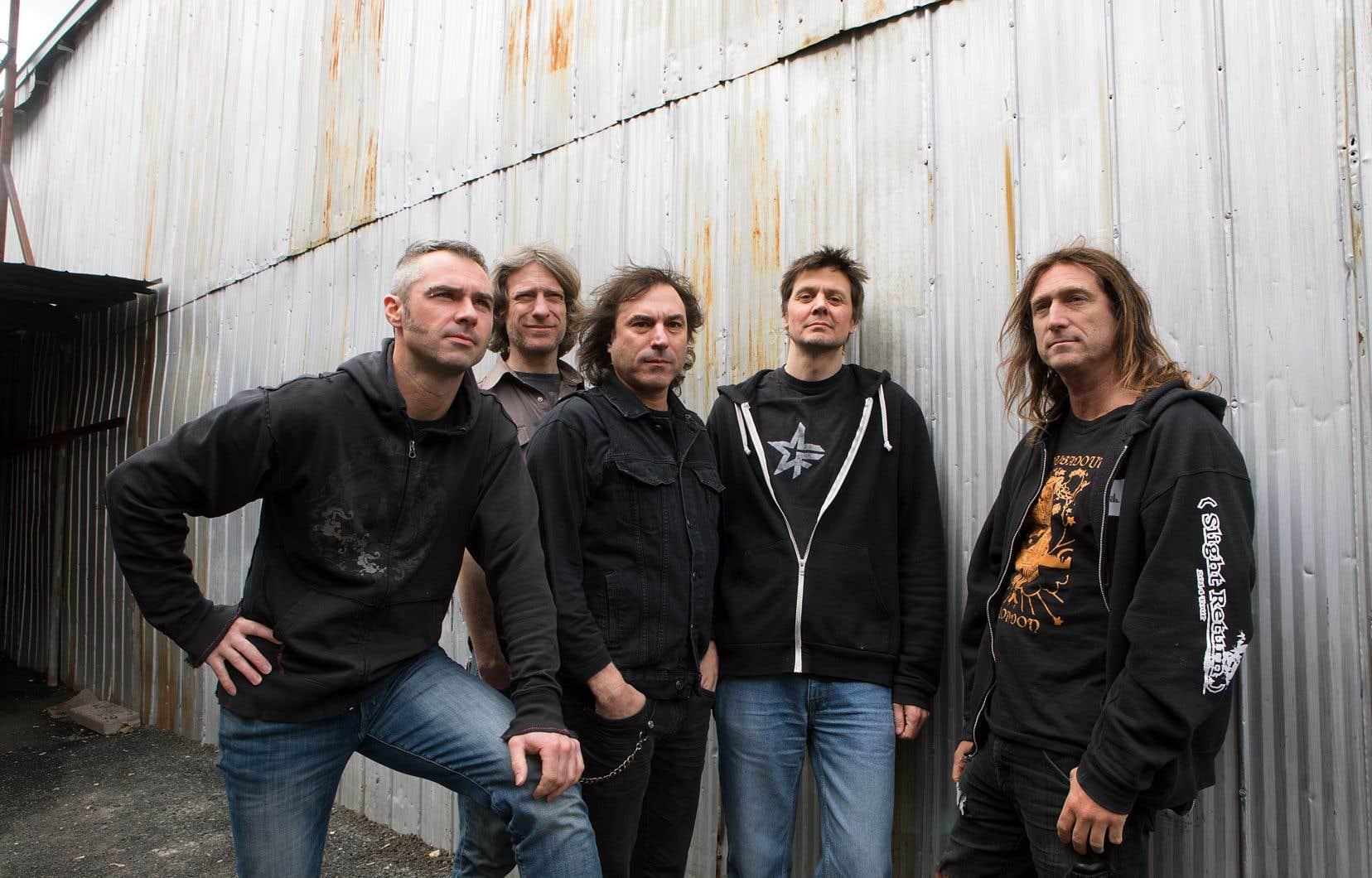 Le groupe a, de son propre aveu, de plus en plus de mal à écrire les textes de ses chansons, la musique trouvant plus facilement son chemin dans le processus de création.