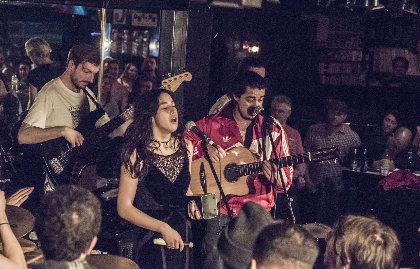 L'orchestre cumbia-festejo-fusion El Son Sonó, lors de la demi-finale, au Balattou