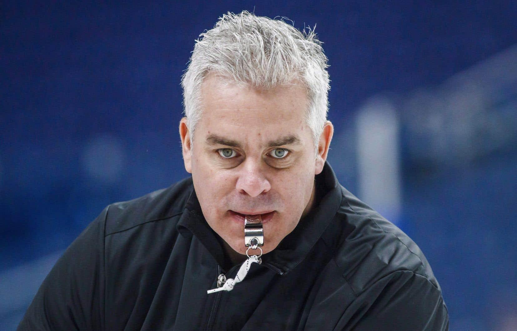 Âgé de 45ans, Ducharme a passé les dix dernières saisons comme entraîneur dans la Ligue de hockey junior majeur du Québec, dont les sept dernières comme entraîneur-chef.