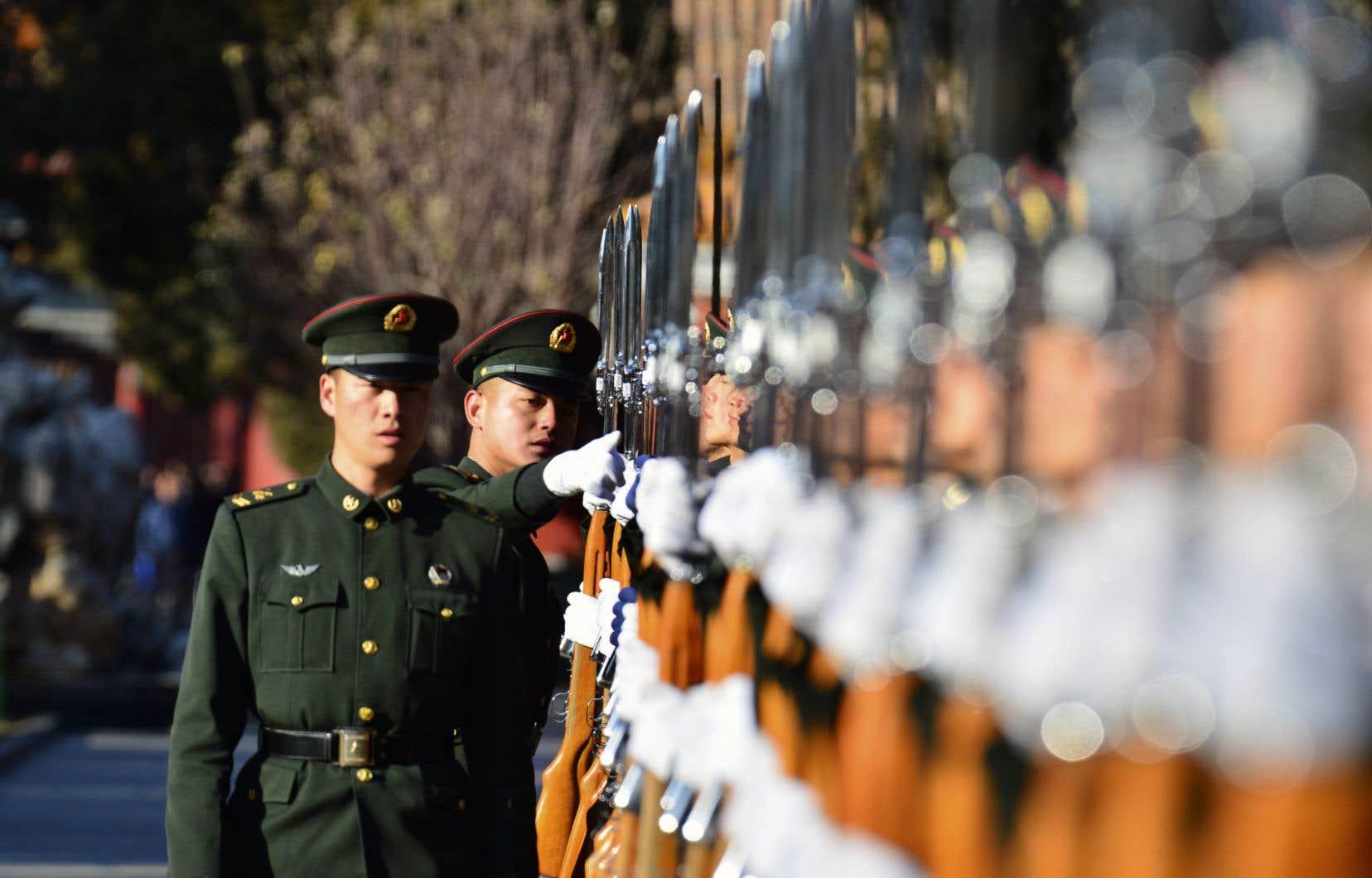 Seconde puissance militaire derrière les États-Unis, la Chine se déploie de plus en plus dans certaines régions du monde, soulignent les auteurs.